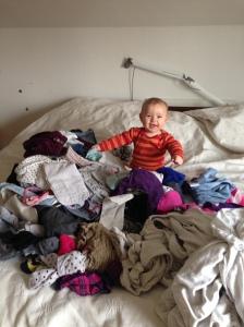 Ordner vasketøj med Ava